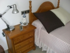 Dormitorio en pino macizo color miel con dos camas y mesita de noche - mejor precio | unprecio.es