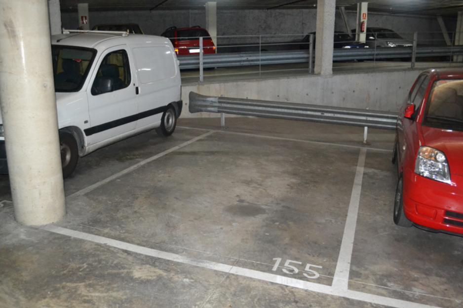 Gran plaza de parking en venta; para coche grande y moto