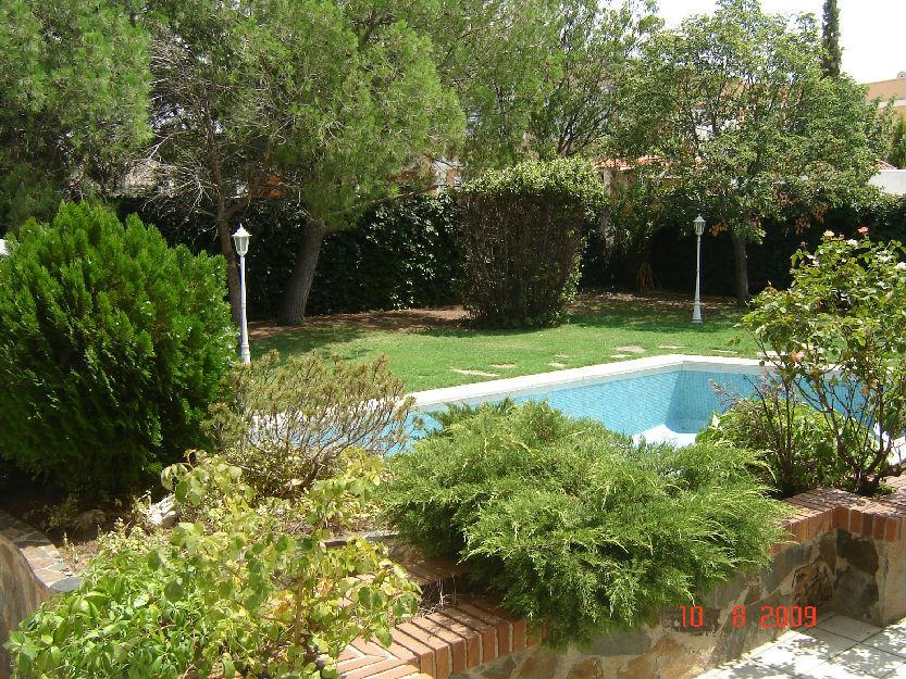 Se alquila habitacion en chalet con jardin 390 for Jardin 100m2