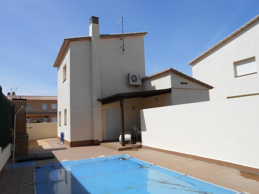 Casa de reciente construcci n con piscina en l 39 escala for Coste construccion piscina