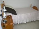 Dormitorio en pino macizo color miel con 2 camas y mesita de noche - mejor precio | unprecio.es